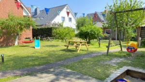 Haus Achtern Strand Garten mit Spielgeräten